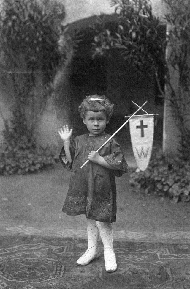 livio all'asilo vestito da S. Simonino processione del corpus Do
